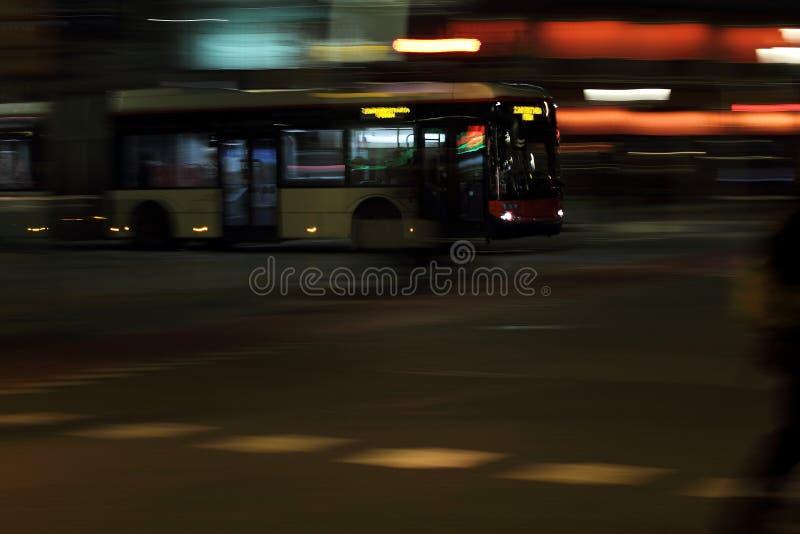 Autobús urbano en Barcelona que mueve encendido velocidad en la noche imagen de archivo libre de regalías