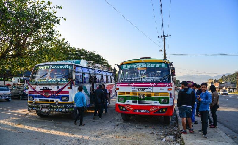 Autobús urbano en la estación en Pokhara, Nepal fotografía de archivo