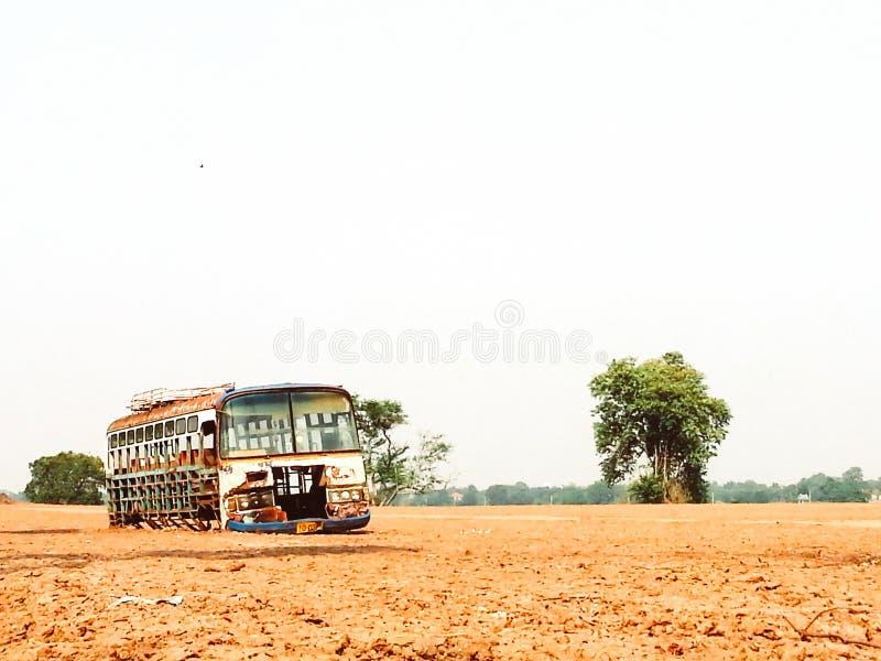 Autobús viejo abandonado en un autobús escolar viejo del campo vacante en campo con los árboles nadie fondo del vintage imagen de archivo libre de regalías