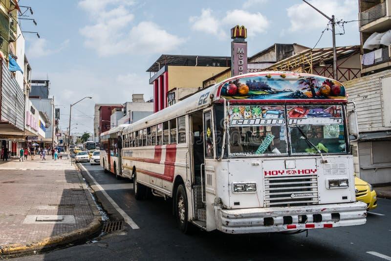 Autobús viejo en el tráfico en la calle que hace compras ocupada en ciudad de Panamá, Avenida central fotografía de archivo
