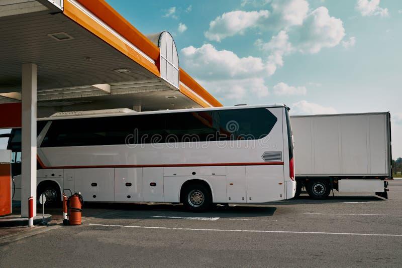 Autobús y camión en la estación de gasolina imágenes de archivo libres de regalías