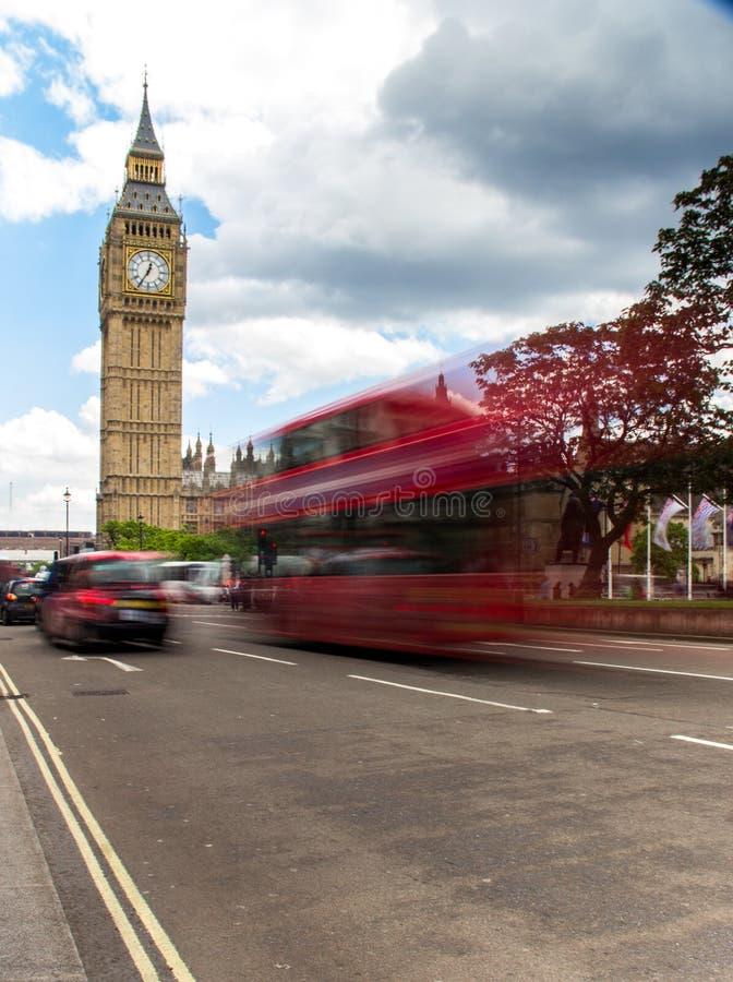 Autobús y taxi rojos cerca del puente de Westminster fotografía de archivo libre de regalías