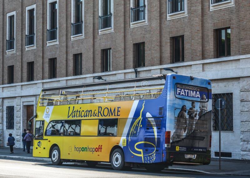 Autob?s de visita tur?stico de excursi?n en Roma, Italia fotografía de archivo
