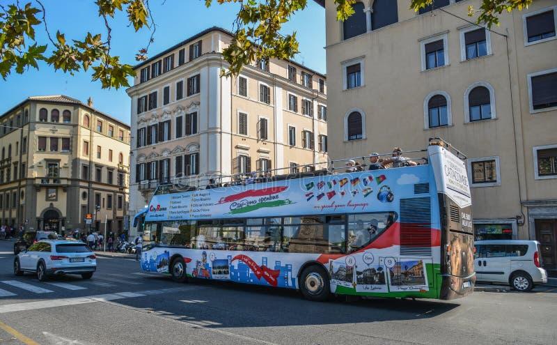 Autob?s de visita tur?stico de excursi?n en Roma, Italia fotos de archivo