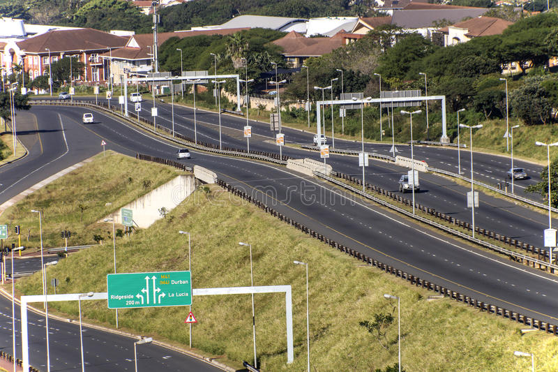 Autobahn, die durch Mhlanga Ridge in Durban Südafrika überschreitet lizenzfreie stockbilder