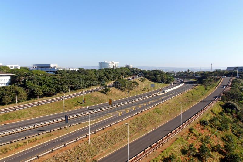 Autobahn, die durch Mhlanga Ridge in Durban Südafrika überschreitet lizenzfreie stockfotografie
