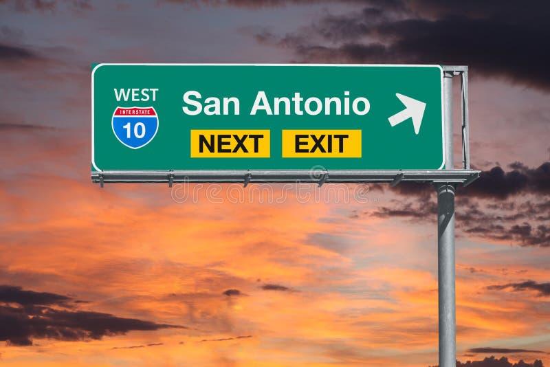 Autobahn-folgendes Ausgangs-Zeichen Sans Antonio Texas Route 10 mit Sonnenuntergang SK lizenzfreie stockbilder