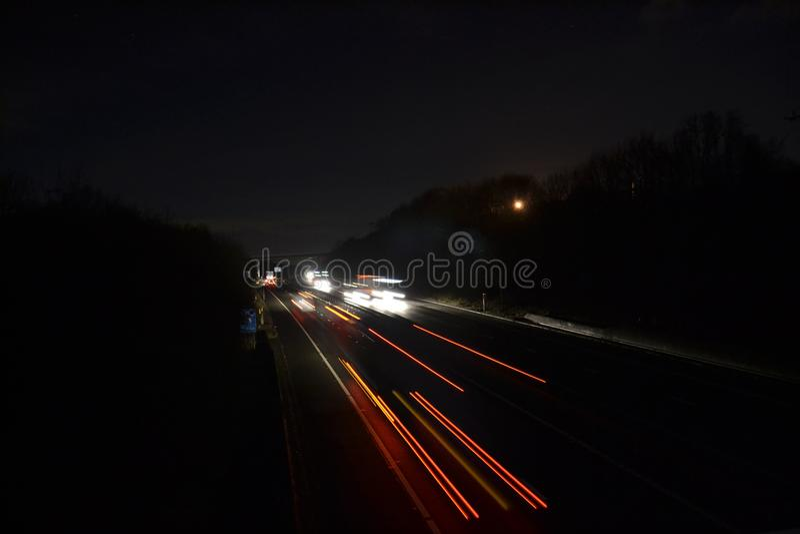 Autobahn-Licht-Spuren nachts stockbild