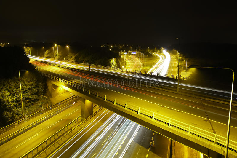 Autobahn M25 nachts: Licht-Spuren. stockbilder