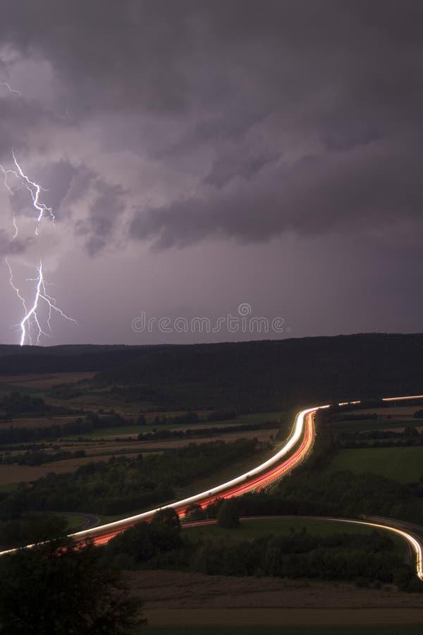 Autobahn mit Beleuchtung lizenzfreie stockfotografie
