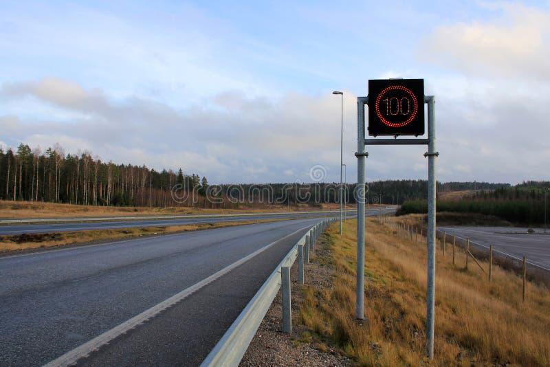 Autobahn mit Höchstgeschwindigkeits-Zeichen stockbilder