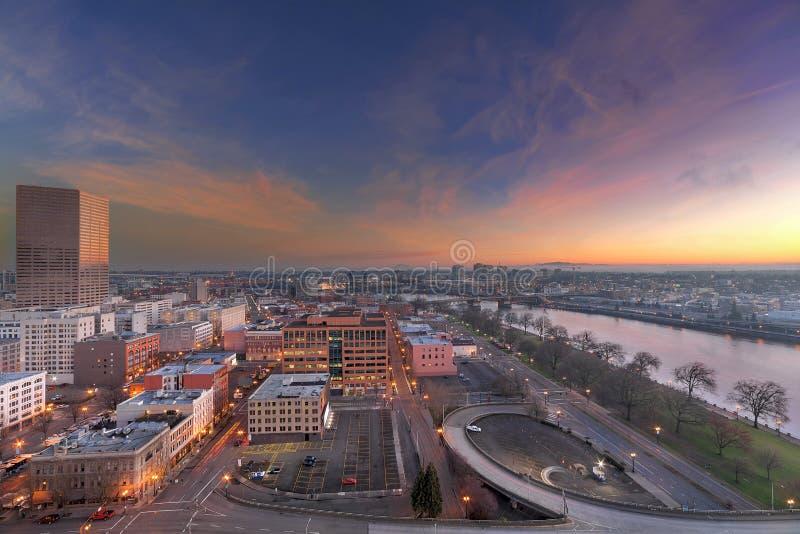 Autobahn-Rampe nach im Stadtzentrum gelegenes Portland bei Sonnenaufgang lizenzfreie stockbilder