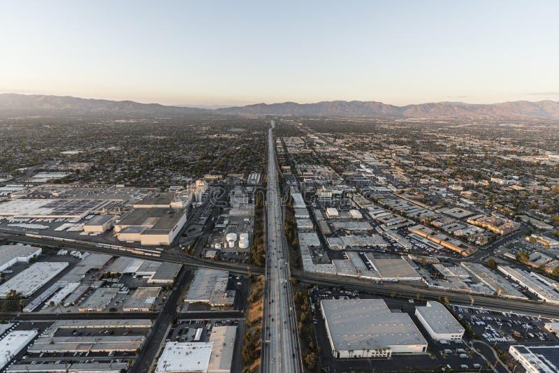 Autobahn und Roscoe Blvd der Vogelperspektive-405 in Los Angeles lizenzfreie stockfotos