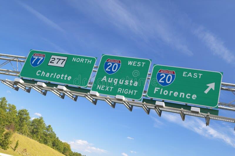 Autobahn-Zeichen zu Florenz und zu Augusta Georgia am Schnitt zwischenstaatlichen von 20 und von 77 im Südosten von USA stockfotografie