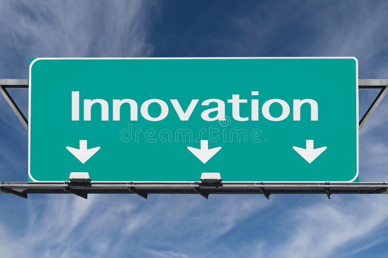 Autobahn zum Innovations-Verkehrsschild mit Cirrus-Wolken lizenzfreies stockfoto