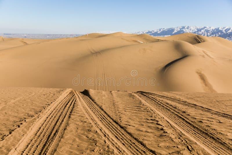 Autobahnen auf den Sanddünen in Nationalpark Shapotou - Ningxia, China lizenzfreies stockbild