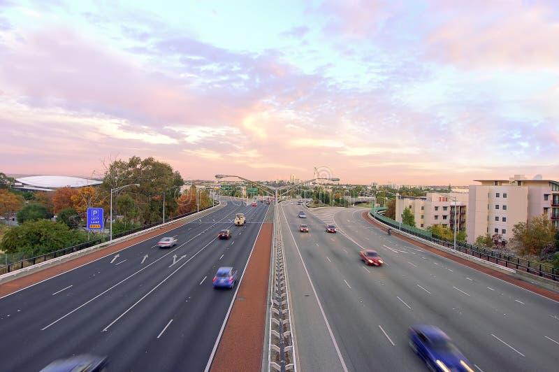 Autobahnsonnenuntergang geschossen mit Verkehr stockbilder