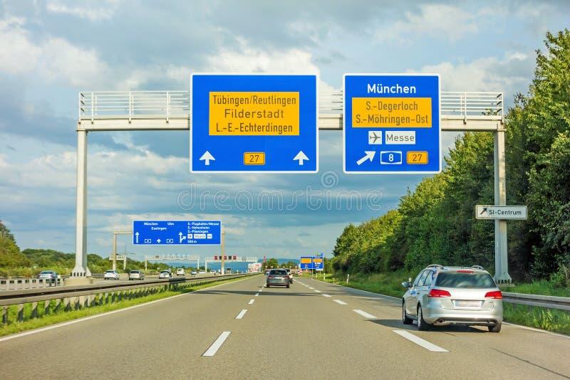 AutobahnVerkehrsschild auf Autobahn A8, B27 Tuebingen Reutlingen/Filderstadt Leinfelden-Echterdingen stockbilder