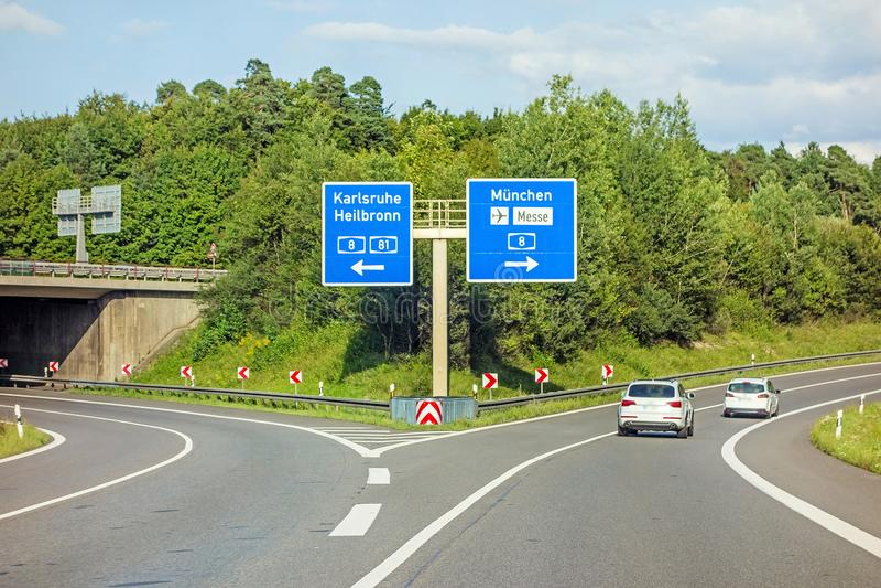 AutobahnVerkehrsschild auf Autobahn A81, Karlsruhe/Heilbronn - nehmen Sie München/Flughafen/Verwirrung heraus stockbild