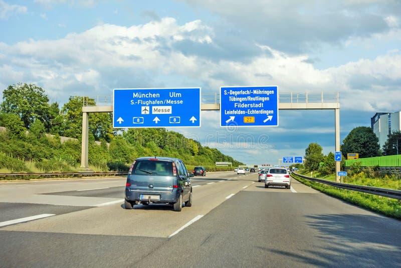AutobahnVerkehrsschild auf Autobahn A8, Stuttgart/München/Ulm lizenzfreie stockfotos