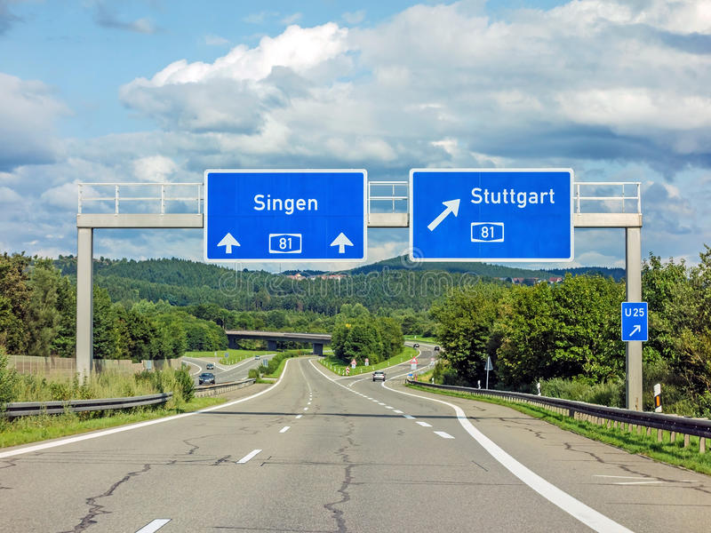 AutobahnVerkehrsschilder auf dem Autobahn A81, der Ausgang nach Stuttgart zeigt lizenzfreie stockbilder
