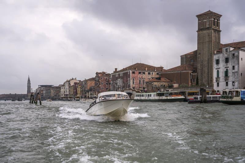 Autobarco a motor voa para fora da igreja de Gesuiti, Veneza, Itália imagens de stock