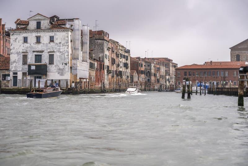 Autobarcos que entram no canal histórico, Veneza, Itália fotos de stock