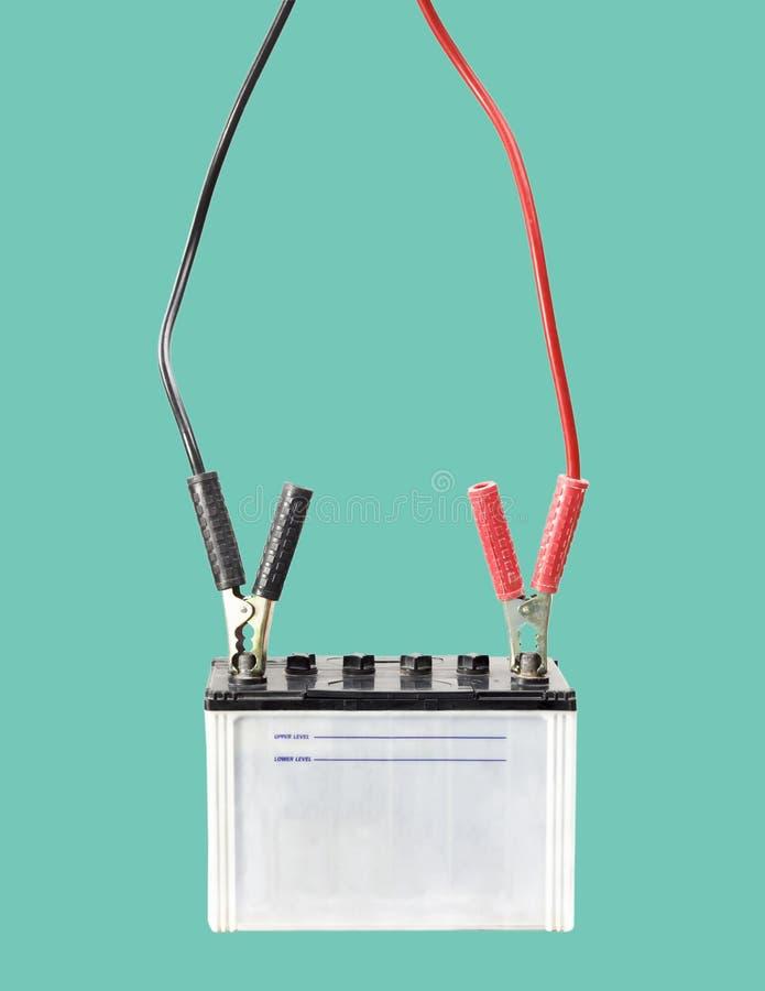Autobatterie mit Starthilfekabeln lizenzfreies stockfoto