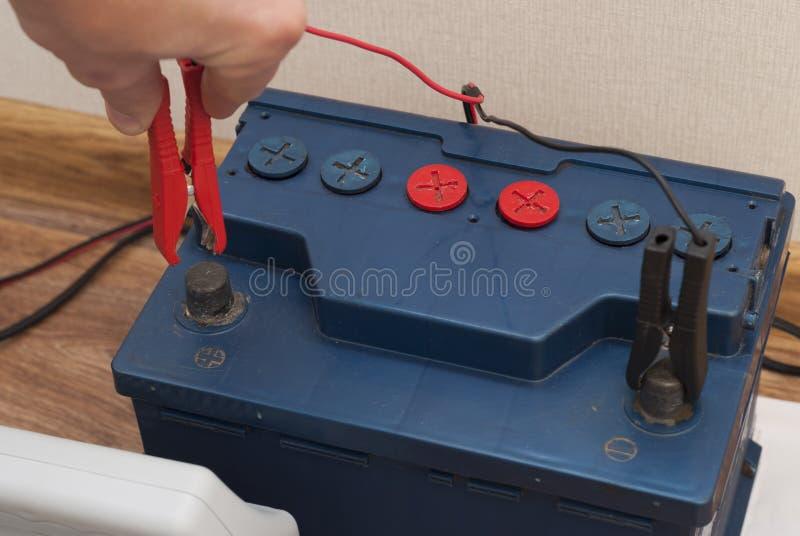 Autobatterie-Service stockfotografie