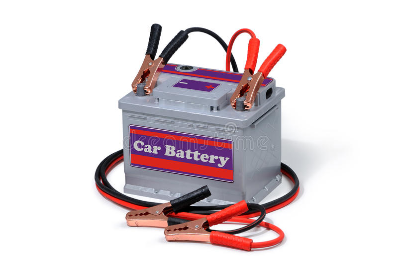 Autobatterie und Starthilfekabel lokalisiert auf weißem Hintergrund stockbilder