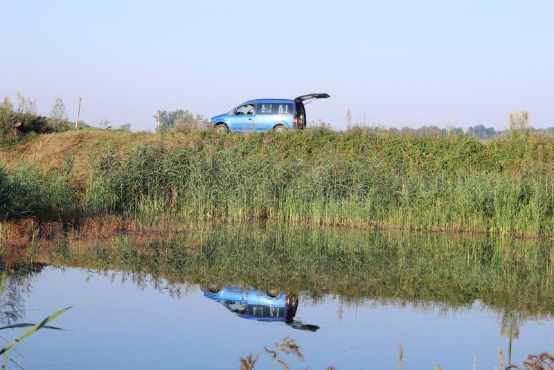 Autobezinning in water stock foto