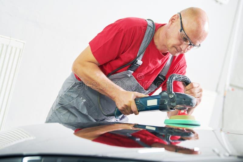 autobody汽车机械师抛光的汽车 免版税库存照片