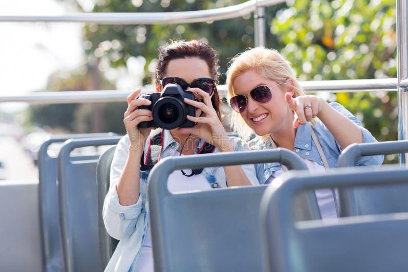 Autobus à couvercle serti de touristes photos libres de droits
