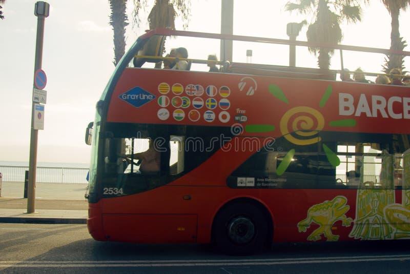 Autobus à impériale pour des touristes avec un à couvercle serti photos libres de droits
