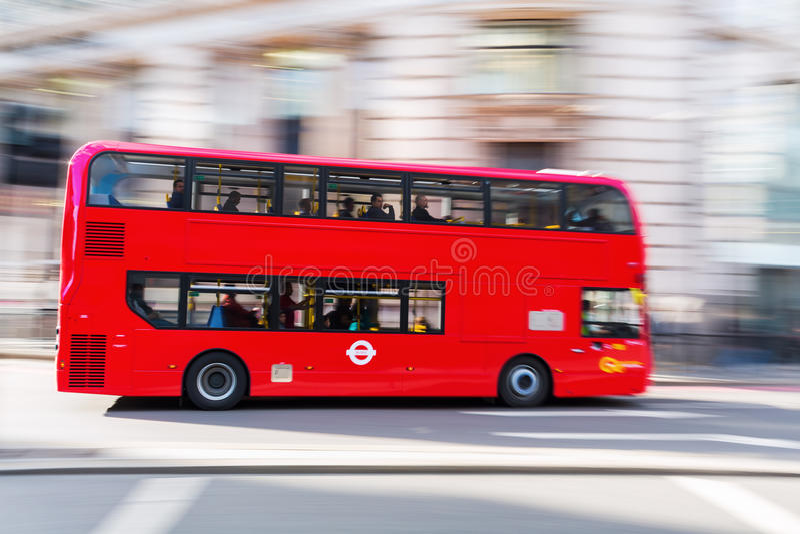 Autobus à impériale rouge à Londres, R-U, dans la tache floue de mouvement photos libres de droits