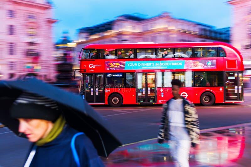 Autobus à impériale rouge dans la tache floue de mouvement au cirque de Piccadilly à Londres, R-U, la nuit image stock