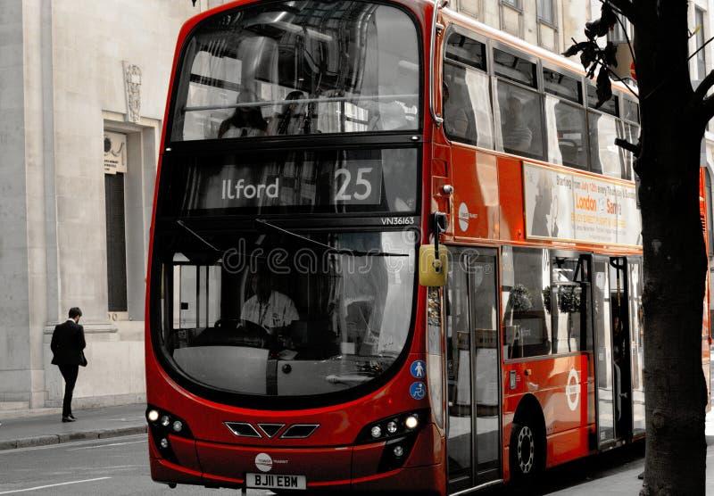 Autobus à impériale rouge moderne à Londres image stock