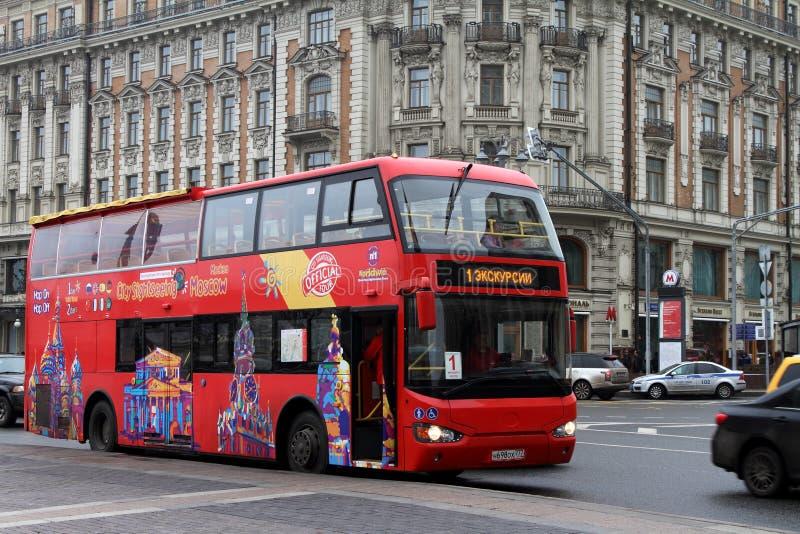 Autobus à impériale rouge sur la rue de Mokhovaya à Moscou Russie images libres de droits