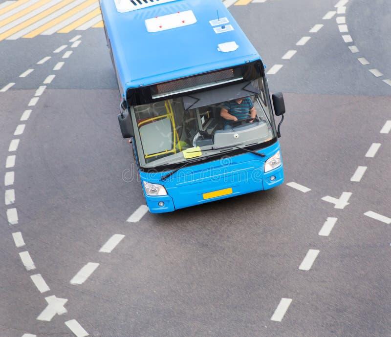 Download Autobus à L'intersection De Ville Photo stock - Image du ciel, véhicule: 77162782