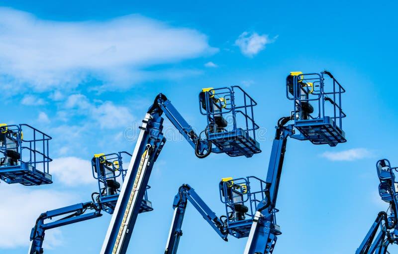 Autobus articolato Sala a pedale Sollevamento telescopico contro il cielo azzurro Gru mobile da costruzione per l'affitto e la ve fotografia stock libera da diritti
