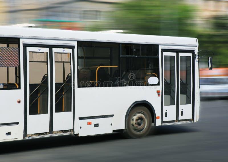 Autobus blanc de ville photographie stock