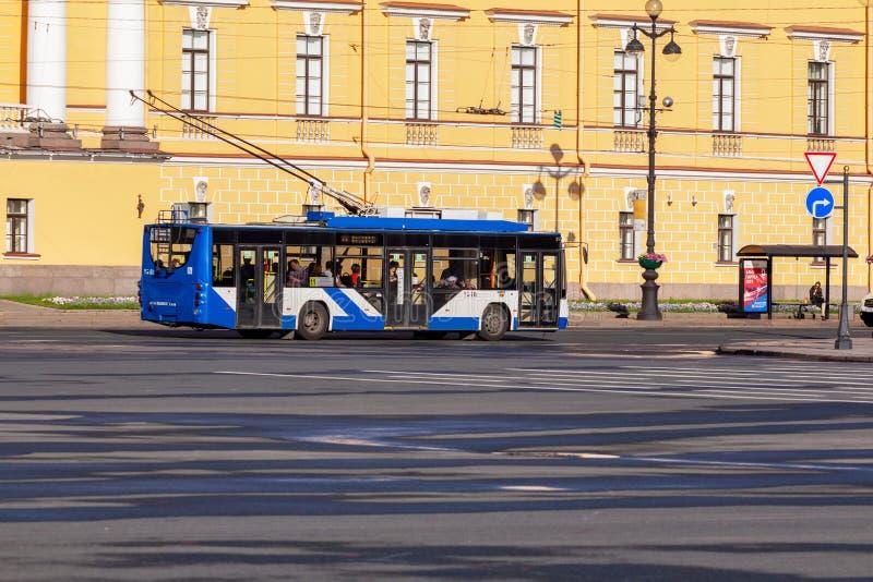 Autobus de chariot sur la route photo libre de droits