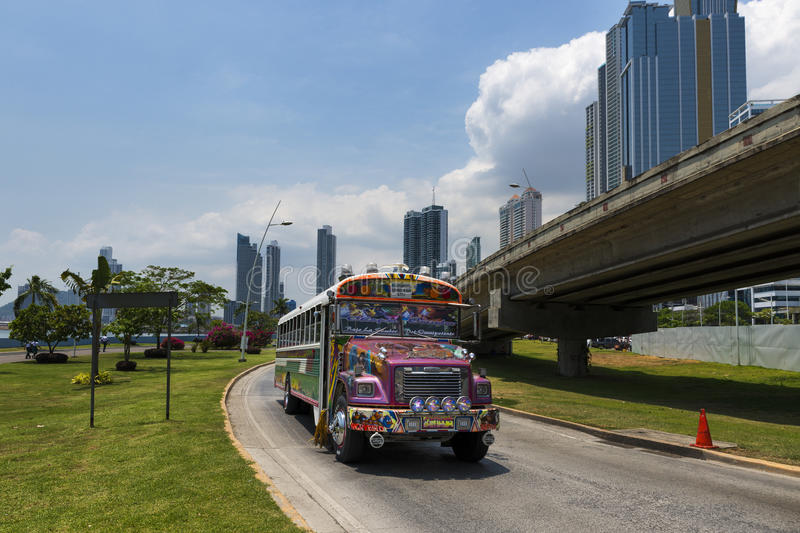 Download Autobus De Diable Rouge (Diablo Rojo) Dans Une Rue De Panamá City Photo stock éditorial - Image du latin, public: 76089573