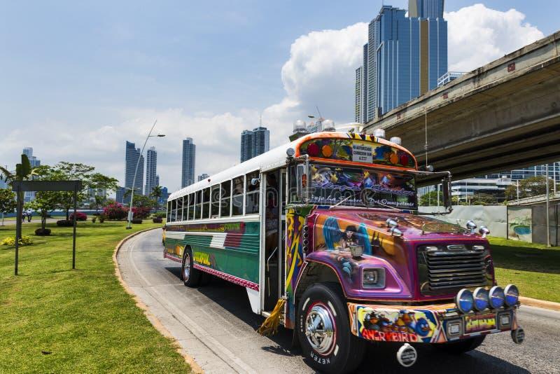 Autobus de diable rouge (Diablo Rojo) dans une rue de Panamá City photo libre de droits