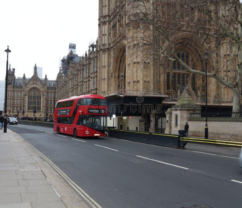 Autobus de Londres près du Parlement de Londres images stock