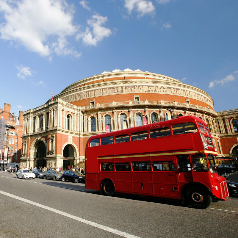 Autobus de Londres Routemaster passant par Albert Hall royal photo stock
