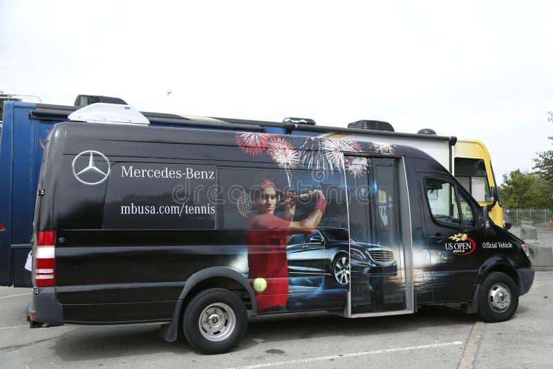 Autobus de Mercedes-Benz au centre national de tennis pendant l'US Open 2013 photo libre de droits