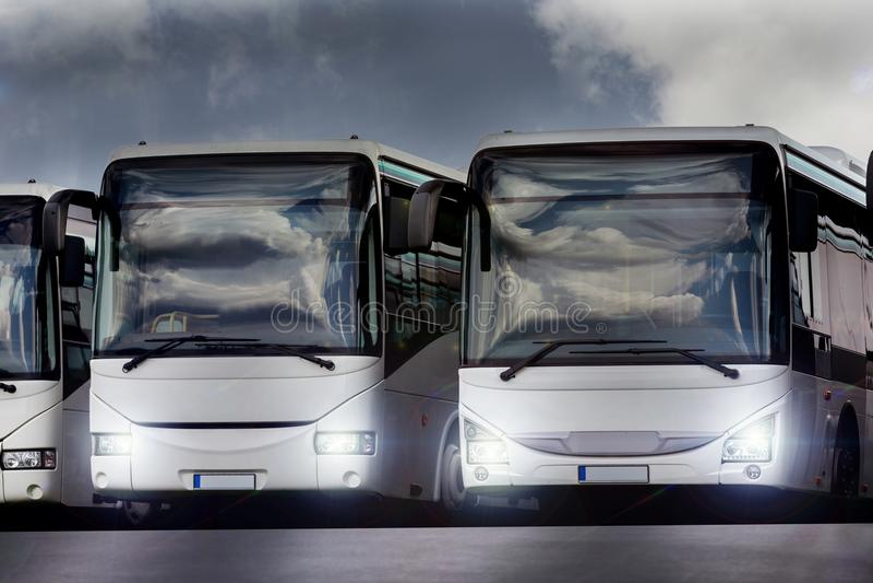 Autobus de passager dans une rangée avec des lumières dessus photo libre de droits