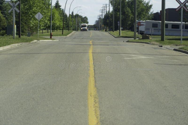Autobus de transport de ville approchant une intersection sur la route photographie stock