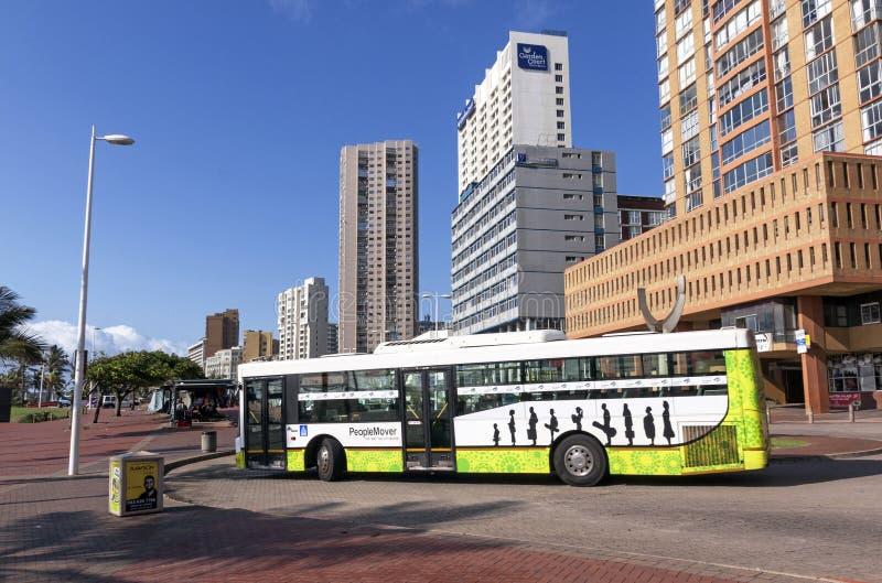 Autobus de ville de métro de Durban devant des hôtels sur le mille d'or photo stock